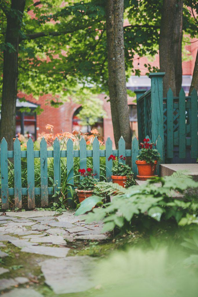 Barrière du jardin de la maison Henry-Stuart le temps d'un été